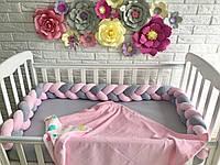 Защита в детскую кроватку, бортик косичка серый, розовый