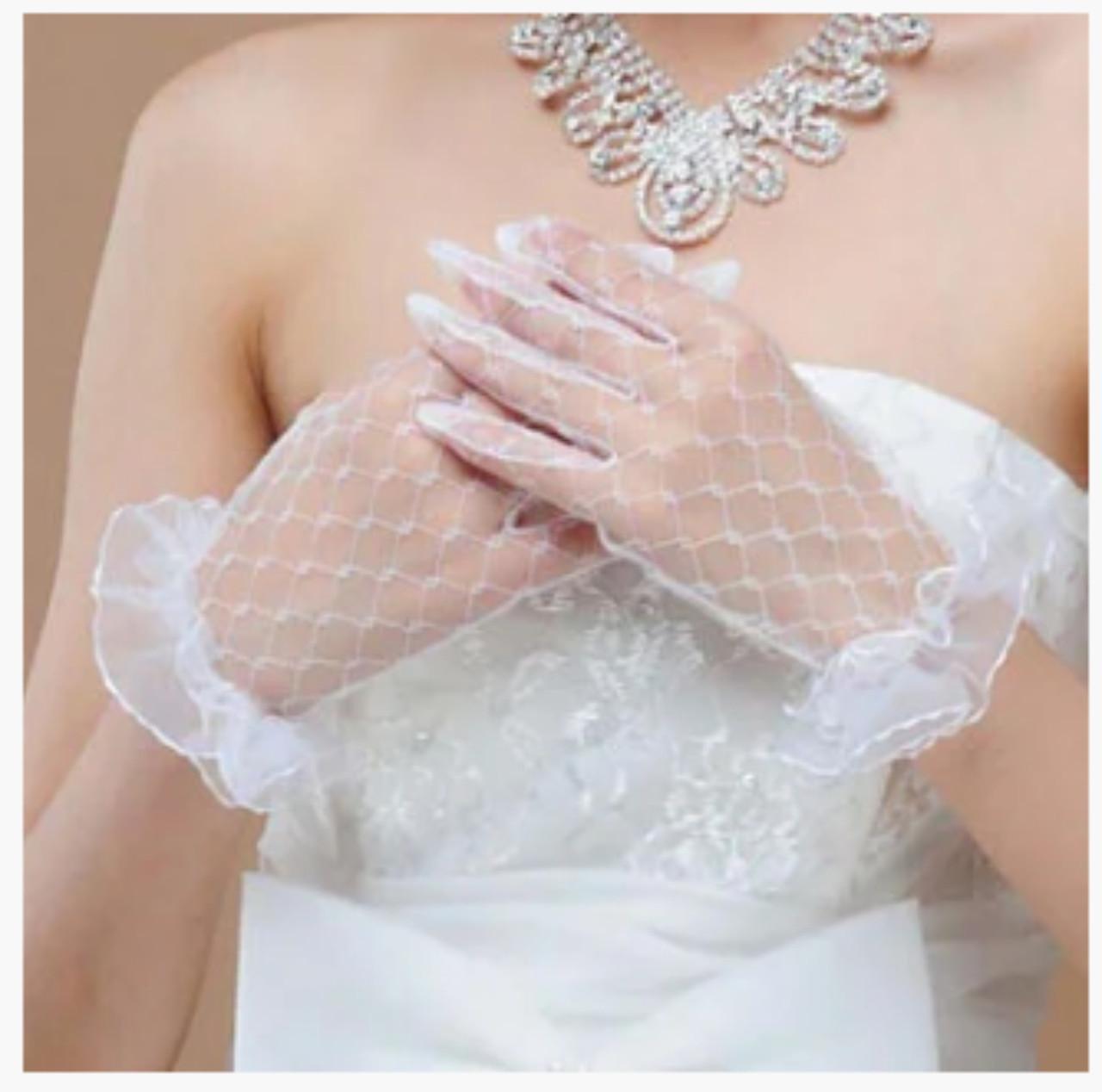 Короткие кружевные белые перчатки для невесты