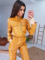 Трендовый костюм из эко-кожи с карманами горчичного цвета