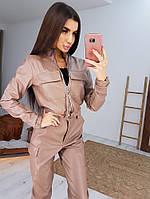 Трендовый костюм из эко-кожи с карманами коричневого цвета