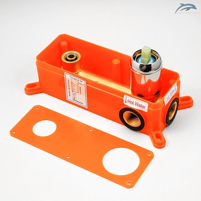 Смеситель скрытого монтажа для раковины SGR-02 укомплектован хромированной накладкой выполненной из нержавеющей стали.