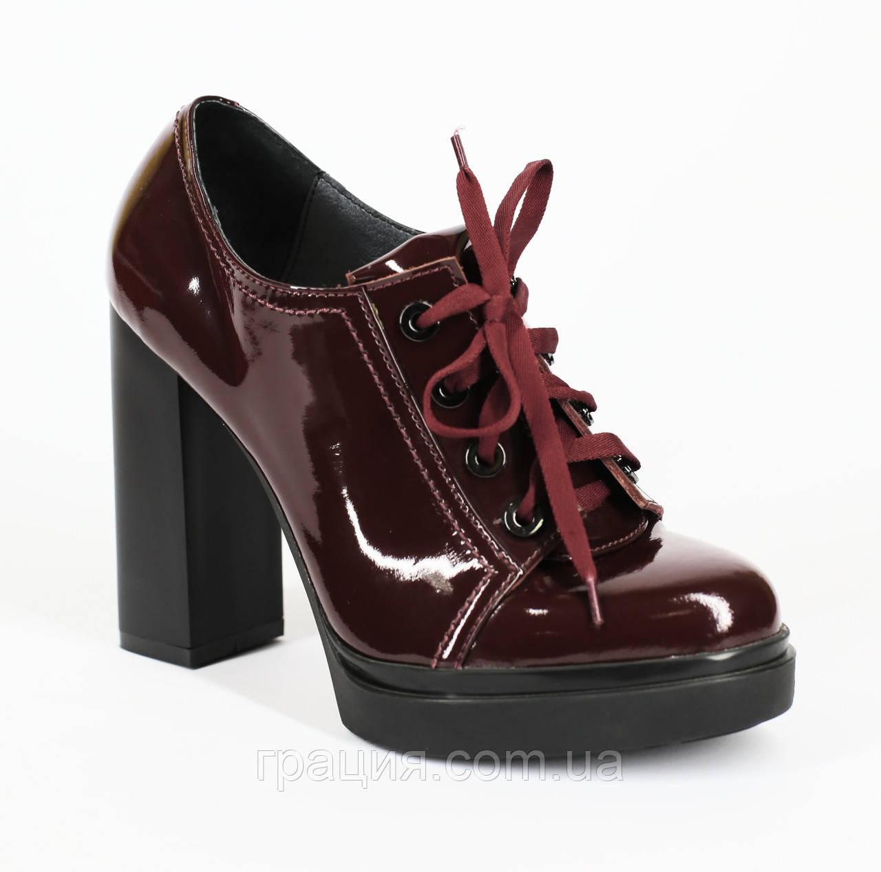 Модні лакові-натуральні туфлі на високому каблуці зі шнурівкою бордові