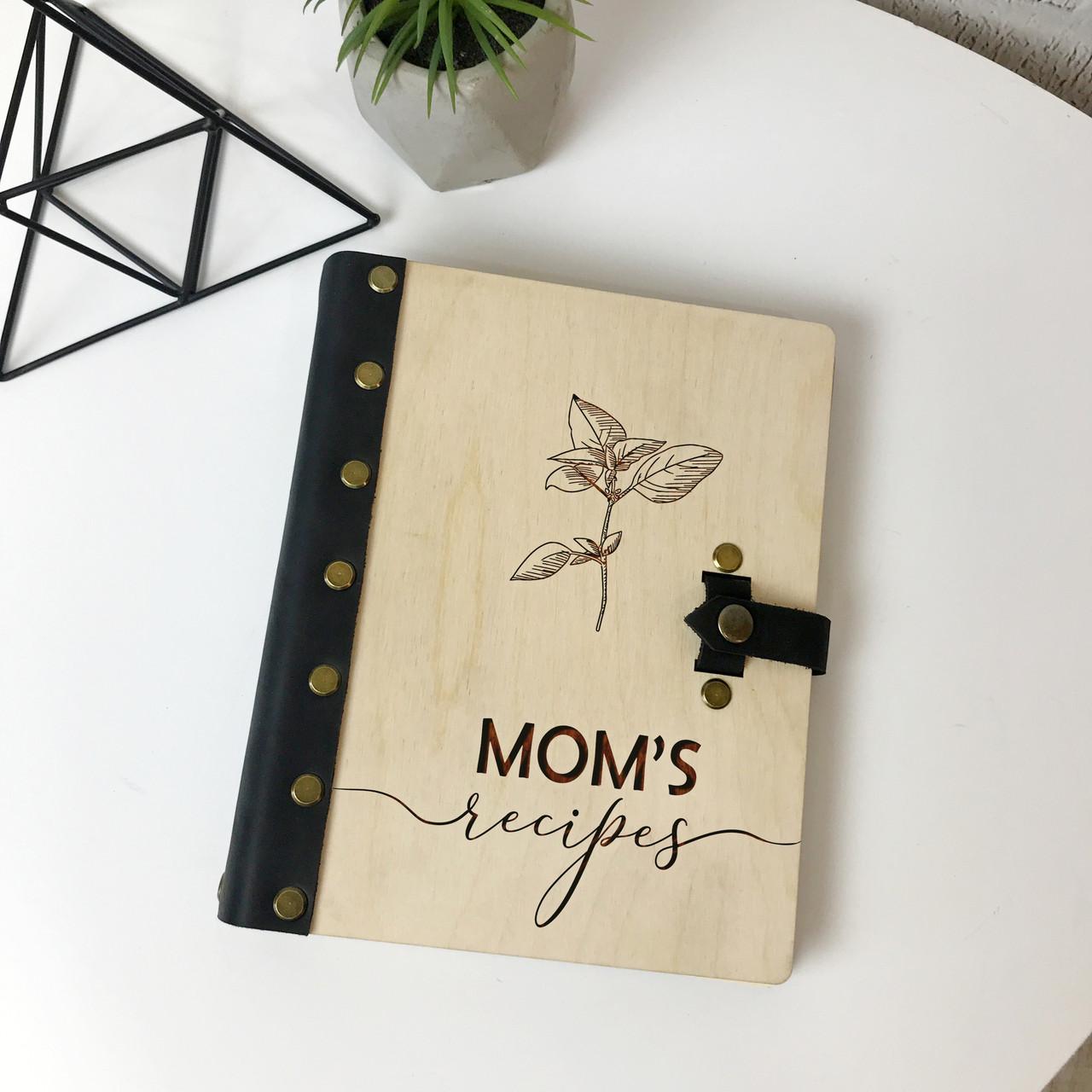 Книга для записи рецептов в деревянной обложке с кожаными вставками
