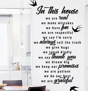Текстова наклейка In this house 2 з птахами, (наклейка на стіну В нашому домі, стікер У нашому домі)