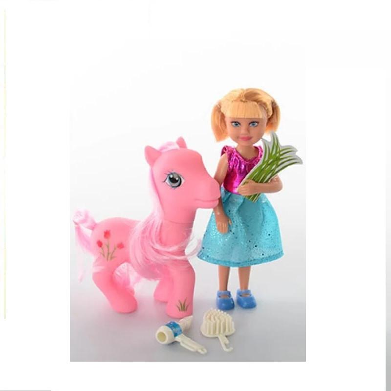 Маленькая красивая кукла с пони