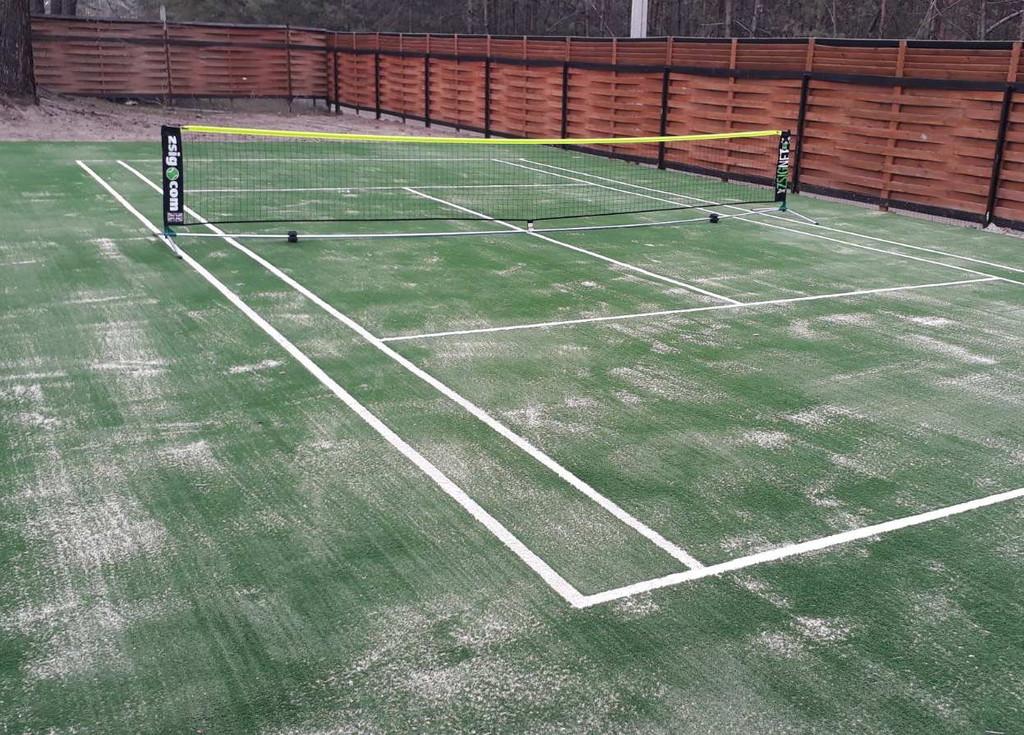Укладка искусственной травы для тенниса
