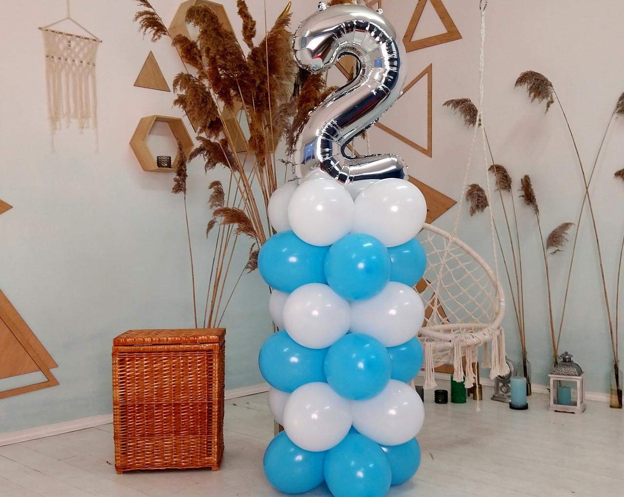 """Композиция с воздушных шариков """"Стойка с цифрой """"2"""" бело-голубая на день рождения мальчику"""