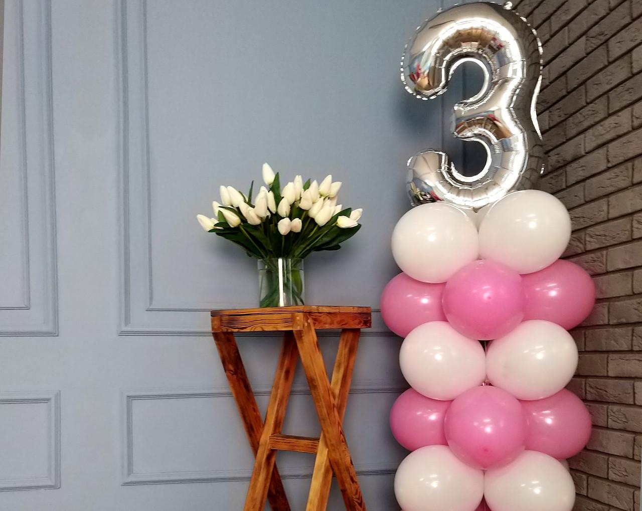 """Композиция с воздушных шариков """"Стойка с цифрой """"3"""" (бело-розовая)"""