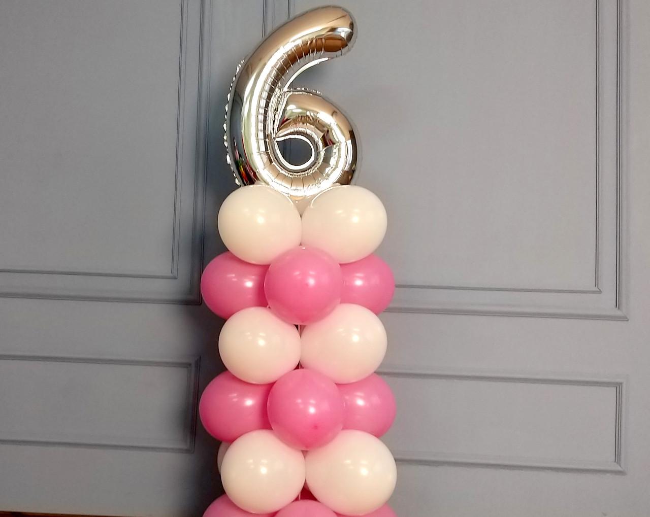 """Композиция с воздушных шариков """"Стойка с цифрой """"6"""" (бело-розовая)"""