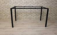 Письменный/офиснный стол с металлическими опорами/ножками.