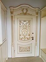 Входная металлическая дверь в классическом стиле. Обрамление из натурального дерева