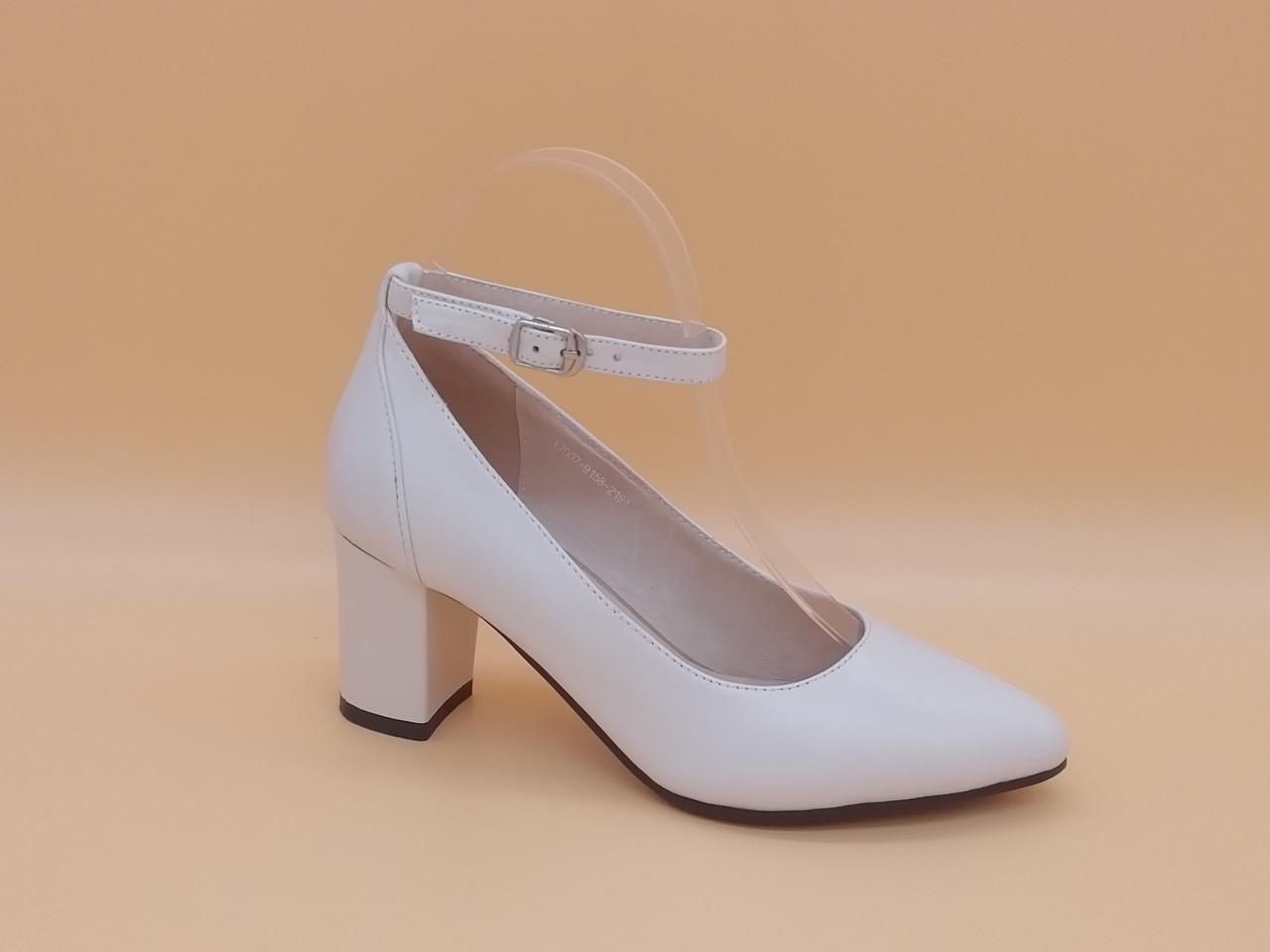 Светлые кожаные туфли на каблуке. Маленькие ( 33 - 35 ) размеры.