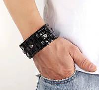 Кожаный браслет чёрного цвета, декорированный болтами