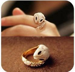 Кольцо  змея с  белой  эмалью  и кристаллами  на   хвостике
