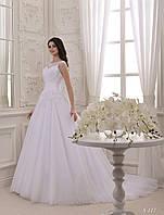 Изысканное пышное платье с аппликацией и лёгким шлейфом