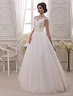Нежная вышивка бисером на декольте и свободная от аппликации юбка - идеальное свадебное платье