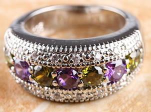 Большое посеребряное кольцо  с перидотом  и цирконием