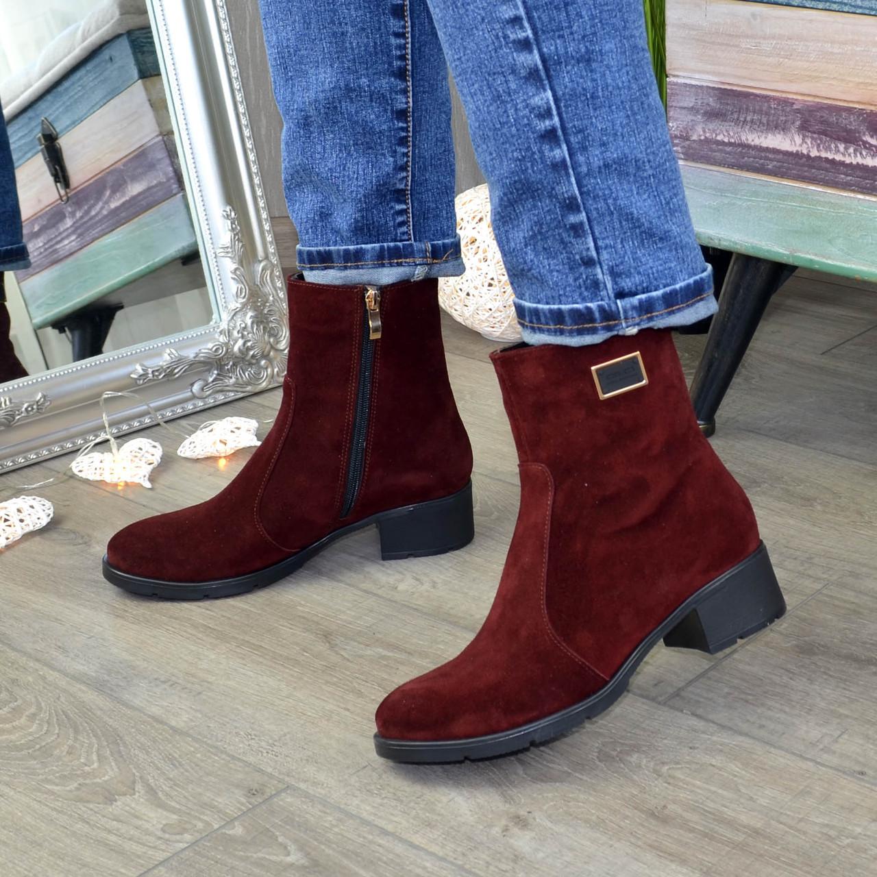 Женские замшевые зимние ботинки на невысоком устойчивом каблуке, декорированы фурнитурой. Цвет бордо.