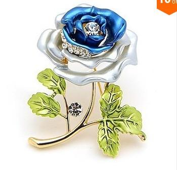 Красивая брошь   цветок роза  с кристаллами и эмалью.