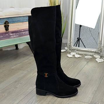 Ботфорты черные женские замшевые на невысоком каблуке, декорированы ремешком