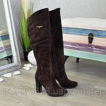 Ботфорты замшевые на высоком устойчивом каблуке, декорированы фурнитурой. Цвет коричневый
