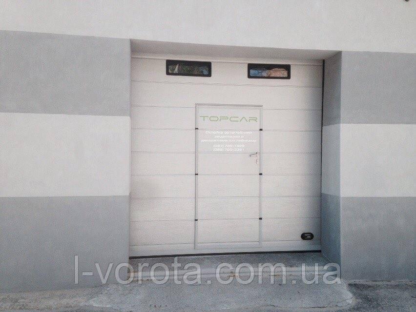 Секционные ворота для СТО с калиткой и окнами DoorHan ш2700мм, в2600мм