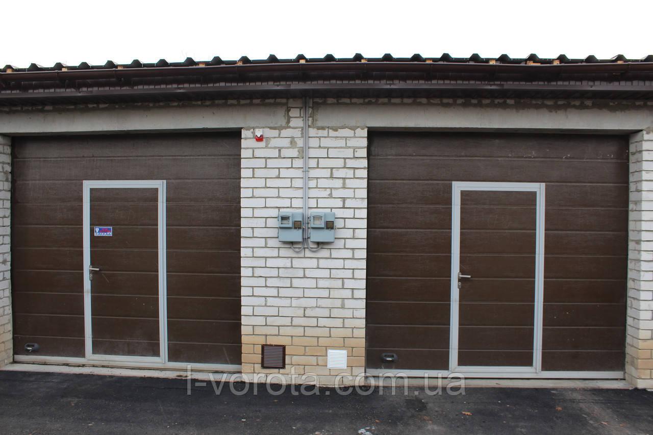 Секционные ворота с калиткой DoorHan (коричневый цвет)