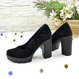 Женские черные замшевые туфли на высоком каблуке, декорированы стразами, фото 5