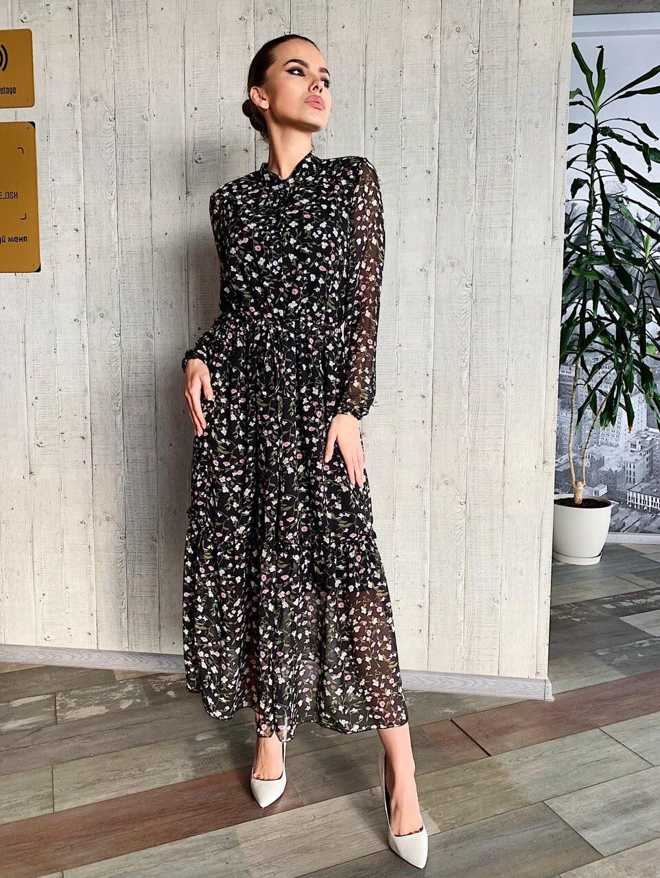 Длинное принтованное платье из софта с оборкой и поясом vN6994