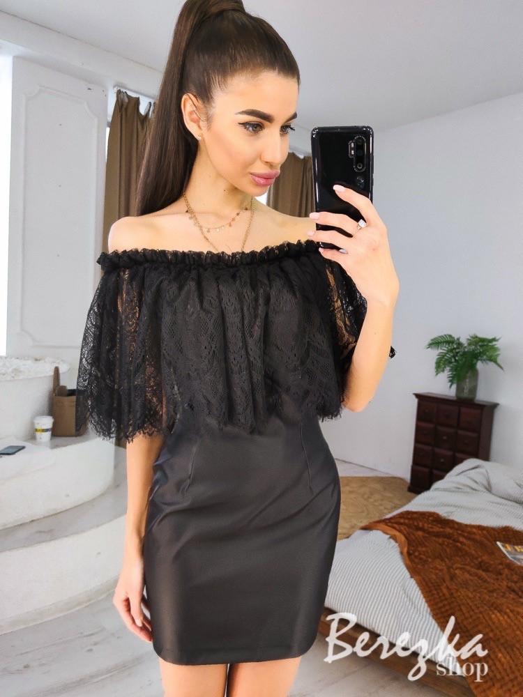 Черное кожаное платье с открытыми плечами и воланом из кружева реснички vN7001