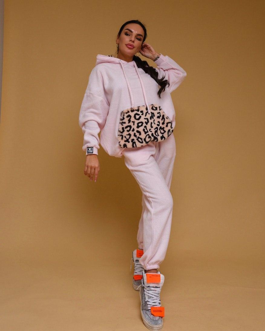 Плюшевый женский брючный костюм с объемным худи кенгуру vN7019