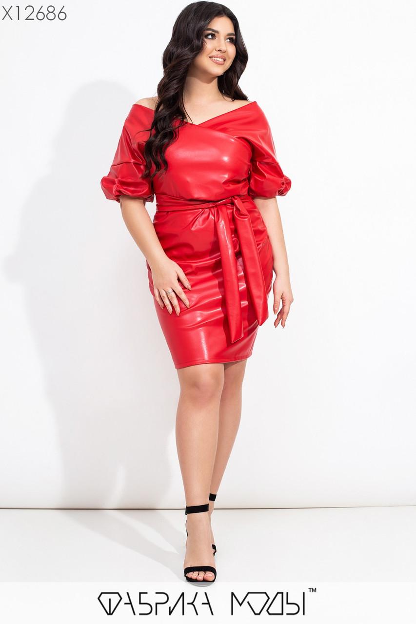 Короткое кожаное платье в больших размерах с открытыми плечами и поясом vN7198