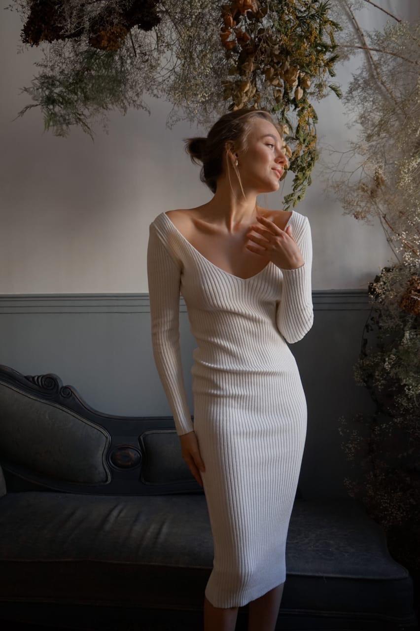 Облегающее фигуру платье из мелкой хлопковой вязки с вырезом декольте vN7222