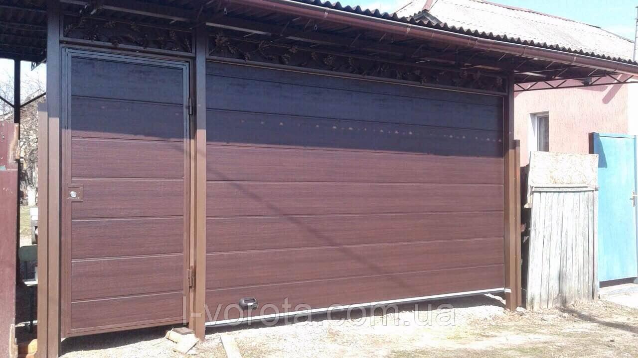 Гаражные подъёмные секционные ворота DoorHan (цвет махагон)