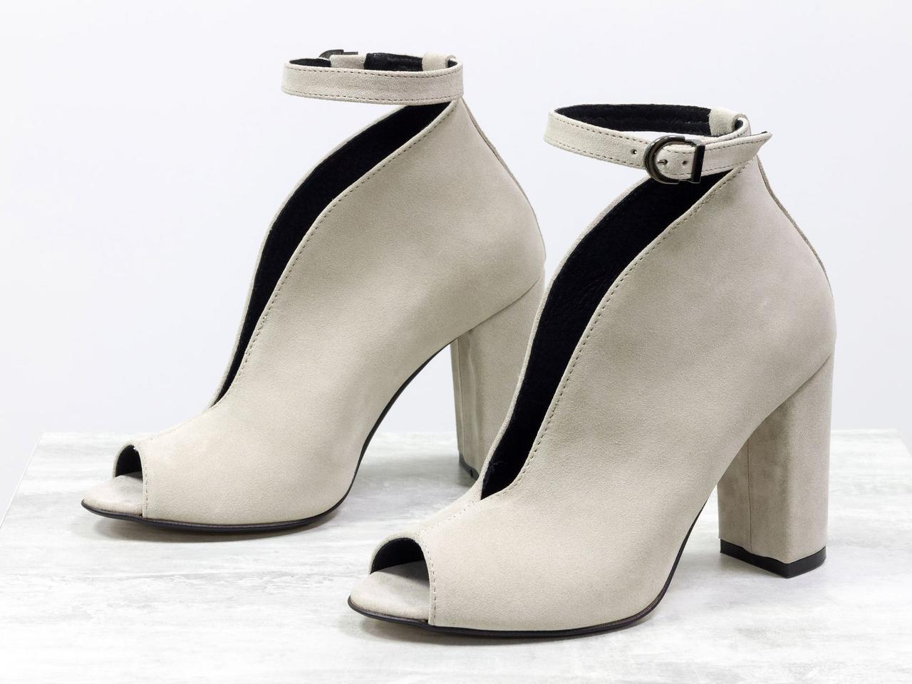 Дизайнерские туфли с открытым носиком из натуральной замши бежевого цвета, на устойчивом обтяжном каблуке