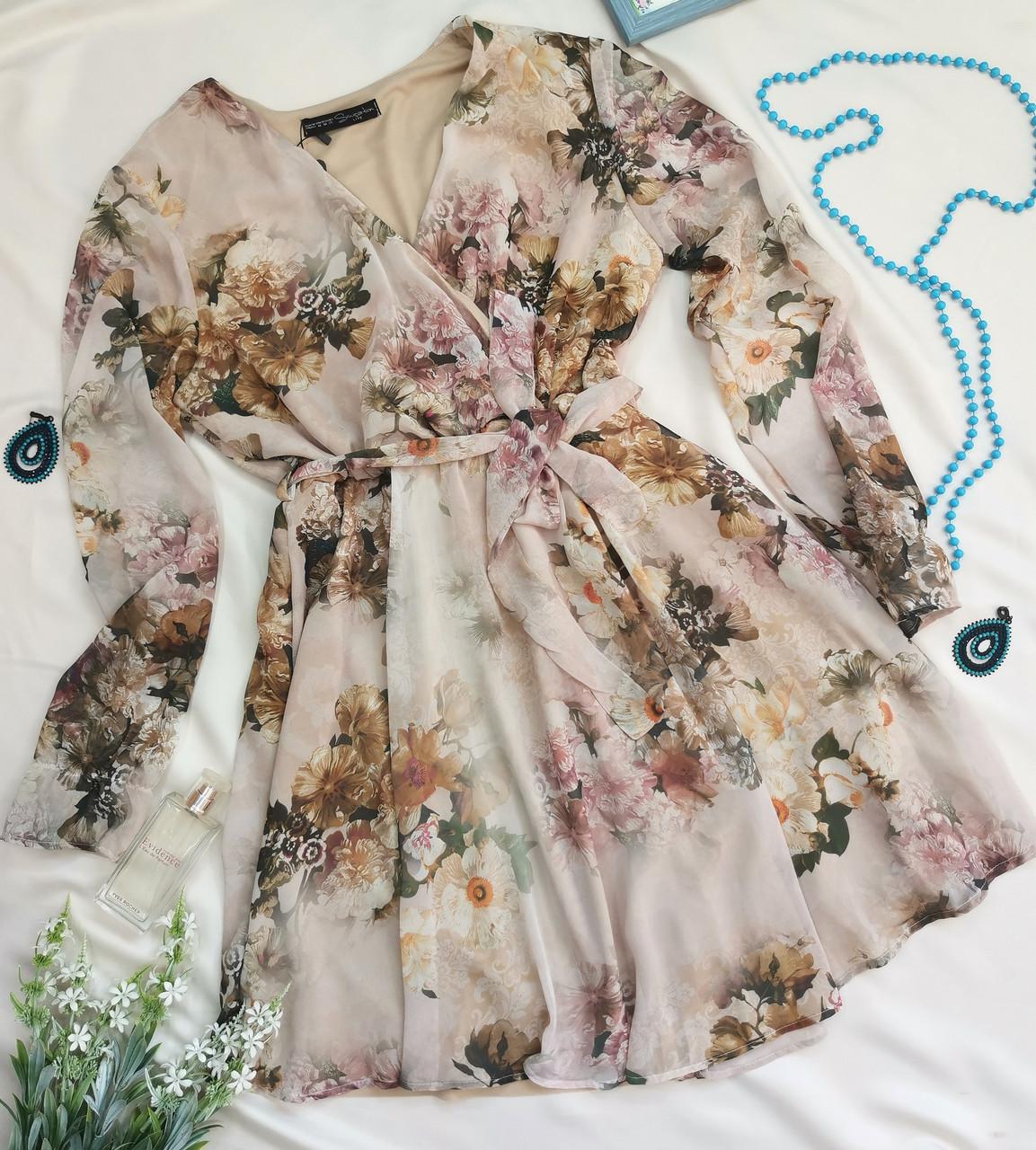 Бежеве жіноче плаття з яскравим квітковим принтом