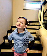 Джемпер для девочки голубой с бабочками на воротнике и розочкой украшенный камнями