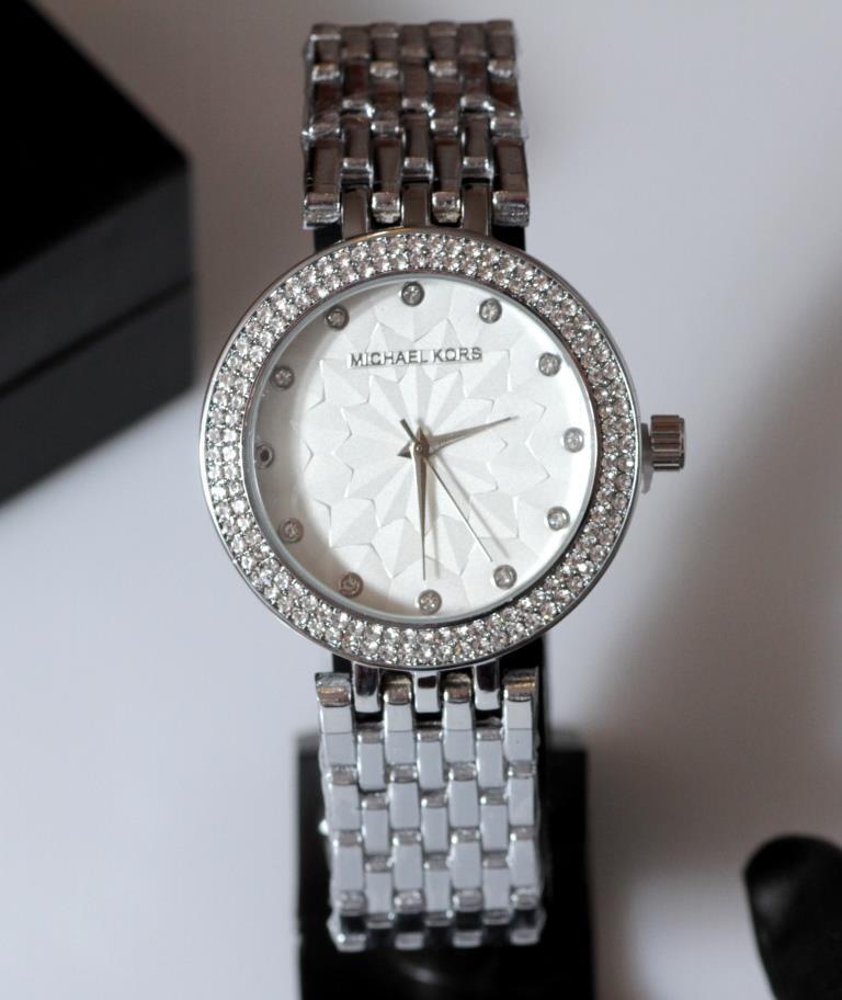 Наручные кварцевые часы HS0138 с металлическим браслетом серебристого цвета