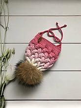 Зимняя вязаная детская шапочка с натуральным бубоном и завязками ручной работы.
