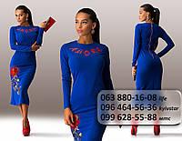Необыкновенное женское платье средней длины с длинным рукавом и цветочной аппликацией электрик