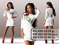 Очаровательное женское платье по фигуре с красной розой на груди белое