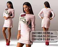Очаровательное женское платье по фигуре с красной розой на груди цвет пудра