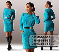 Элегантное женское платье средней длины, украшенное блестящими молниями и пряжкой на поясе голубое