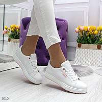 Кроссовки белые с розовым декором. Перфорация