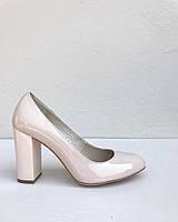 Лаковые туфли на устойчивом каблуке бежевого цвета