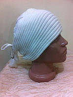 Белая  шапка одинарная с помпоном из натур. мех