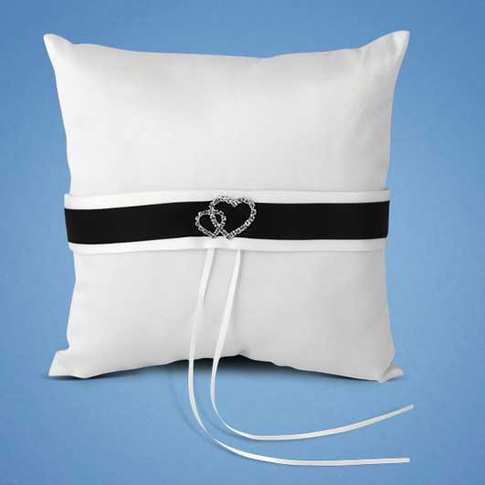 Подушечка для кілець атласна 20*20 см, чорна стрічка, брошки з камінням у вигляді двох сердець (арт. 0756-2)
