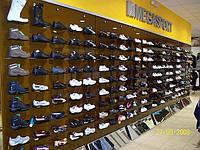 Стеклянный выставочный стенд для обуви магазин Мегаспорт