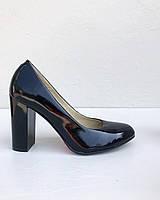 Лаковые туфли на устойчивом каблуке чёрного цвета