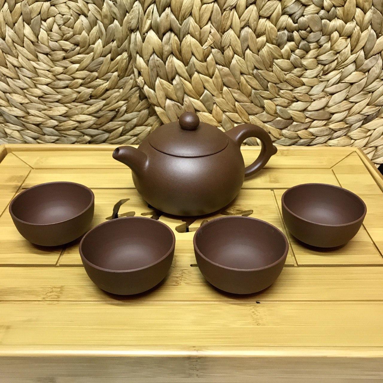 Объёмный глиняный набор чайник и четыре пиалы